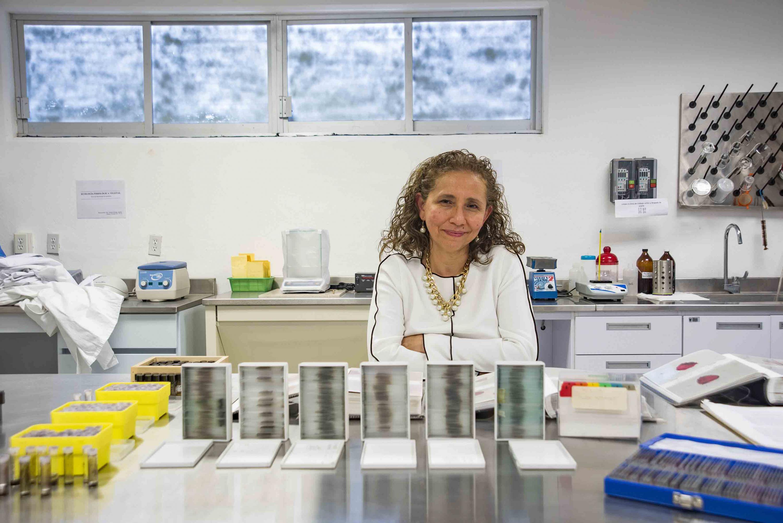 Doctora Blanca Figueroa Rangel, investigadora del Departamento de Ecología y Recursos Naturales, y responsable del laboratorio, participando en entrevista.