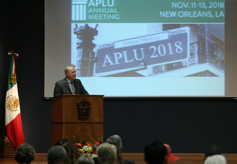 Rector General de la UdeG, doctor Miguel Ángel Navarro Navarro, haciendo uso de la palabra