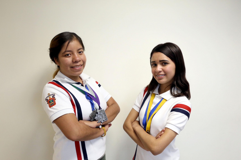 Ana Berenice Barragán Rentería y Diana Paola Velázquez Partida, estudiantes de la Preparatoria de Jocotepec y ganadoras de múltiples concursos, posando para toma de fotografía.