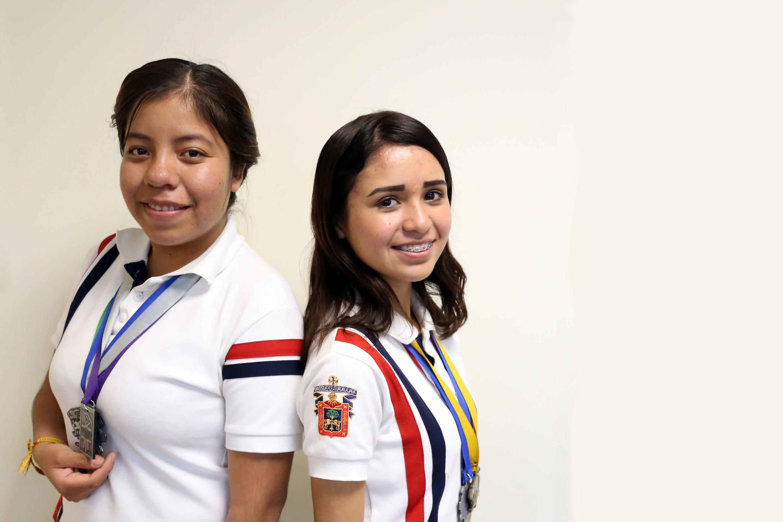 Ana Berenice Barragán Rentería y Diana Paola Velázquez Partida, estudiantes de la Preparatoria de Jocotepec, participando en entrevista.