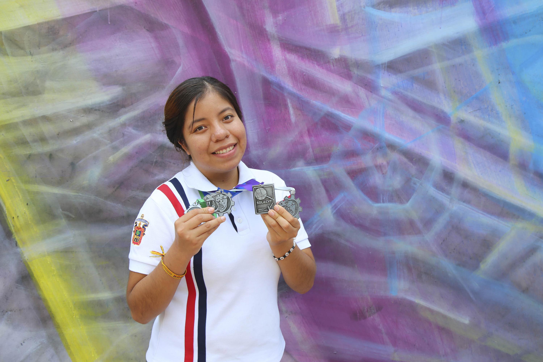 Ana Berenice Barragán Rentería, estudiante de sexto semestre de la Preparatoria de Jocotepec, mostrando sus cuatro medalllas.