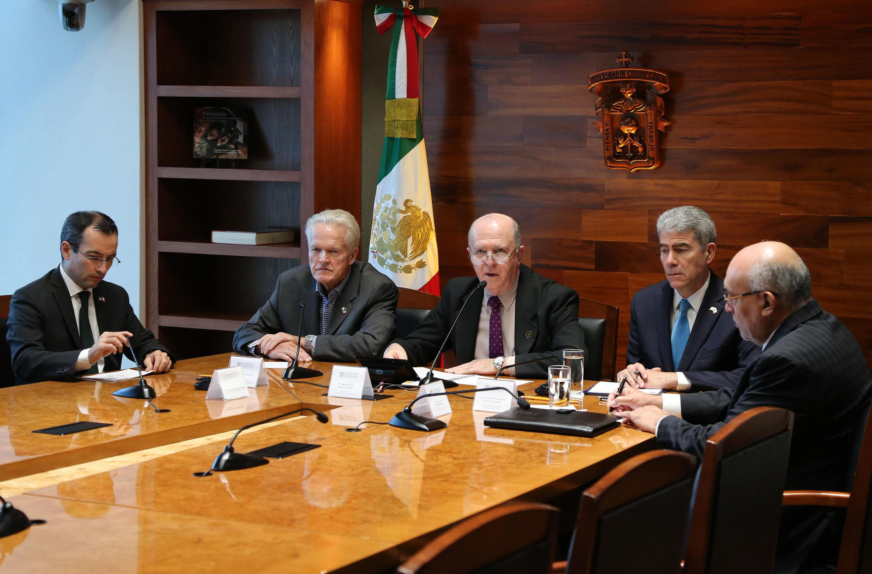 Rector General, doctor Miguel Ángel Navarro Navarro, hablando frente al micrófono durante rueda de prensa