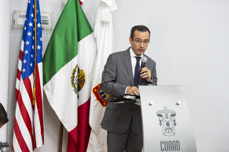 doctor Carlos Iván Moreno Arellano durante su participación en el foro