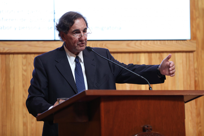 Doctor Bruce J. Perlman, Director de la Escuela de Administración Pública, de la Universidad de Nuevo México, haciendo uso de la palabra durante la conferencia magistral