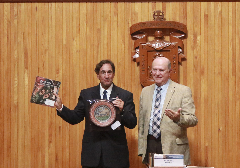 Rector General de la UdeG, doctor Miguel Ángel Navarro Navarro, haciendo entrega de un reconocimiento al  Doctor Bruce J. Perlman, Director de la Escuela de Administración Pública, de la Universidad de Nuevo México