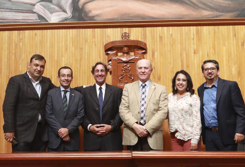 Rector General de la UdeG, doctor Miguel Ángel Navarro Navarro junto a miembros del panel