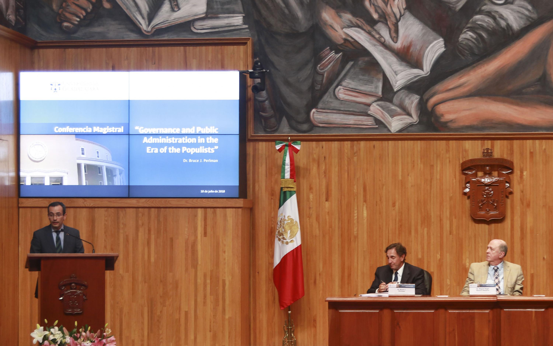Coordinador General de Cooperación e Internacionalización, doctor Carlos Iván Moreno Arellano, haciendo uso de la palabra durante la conferencia magistral