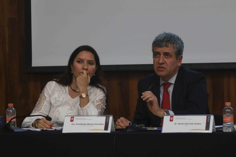 El rector de CUCSH y la secretaria academica del centro escuchan la intervencion de los miembros del consejo
