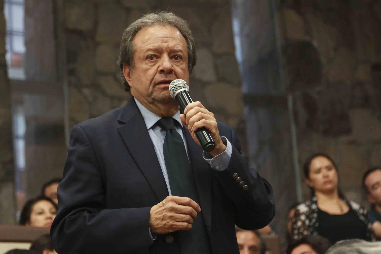 El doctor Miguel Ángel Ortega Solís hablando al microfono durante la sesión