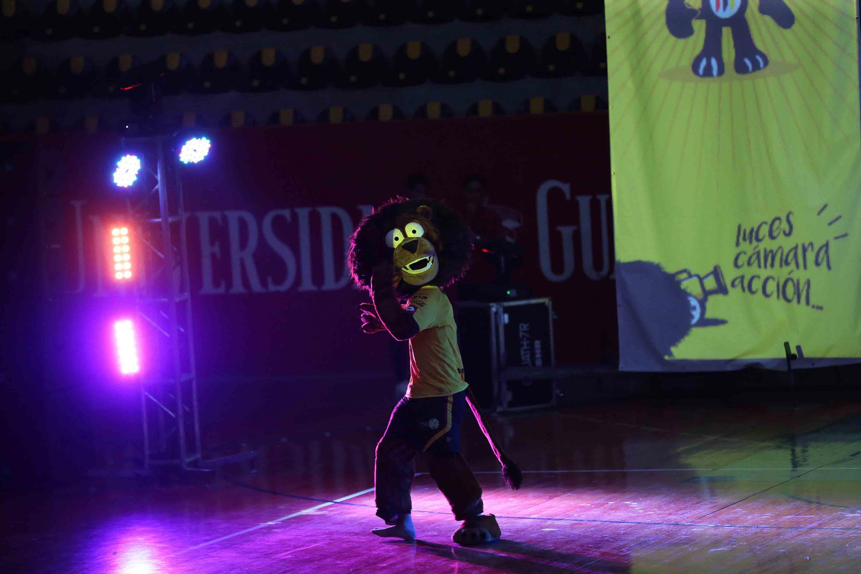Botarga del león de la UdeG, amenizando la clausura del curso de verano, en el complejo deportivo.