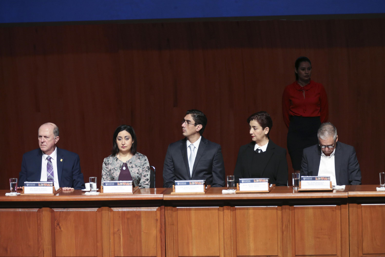 Vicerrector Ejecutivo de la Universidad de Guadalajara y autoridades estatales y federales del gobierno, como participantes en el panel; durante el informe.
