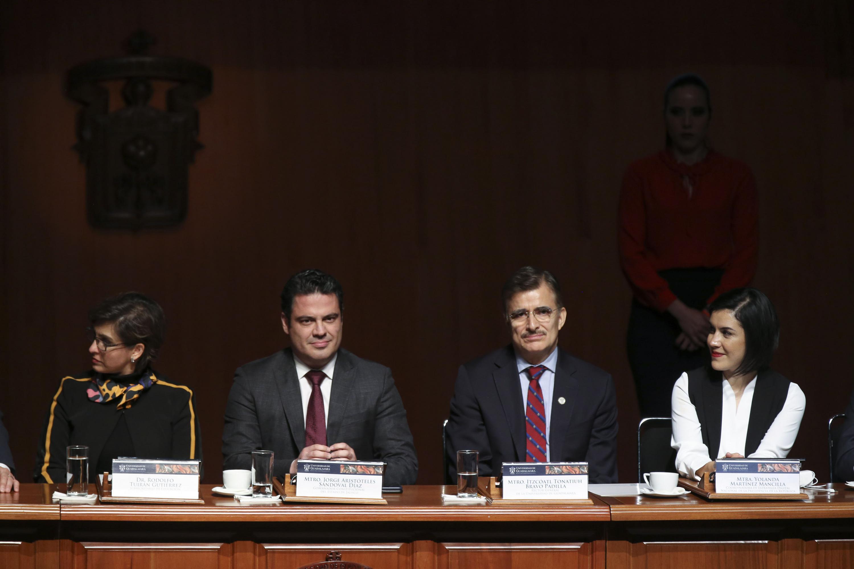 De izquierda a derecha: El Gobernador de Jalisco, maestro Jorge Aristóteles Sandoval Díaz, Maestro Itzcóatl Tonatiuh Bravo Padilla, Rector General de la UdeG y la maestra Yolande Martínez Mancilla, Titular de la Unidad de Gobierno Digital de la Secretaría de la Función Pública.