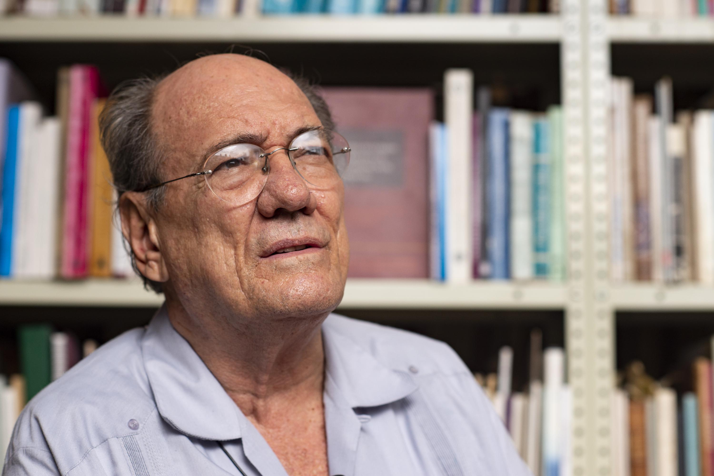 El historiador José María Muria siendo entrevistado en la biblioteca de su casa