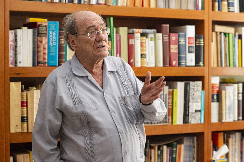 El historiador José María Muria  conversa con el reportero en su biblioteca