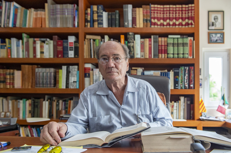 El historiador José María Muri en su escritorio con sus libros