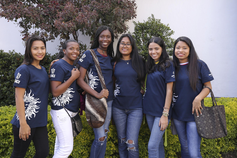Jóvenes estudiantes de intercambio posando durante la ceremonia de bienvenida