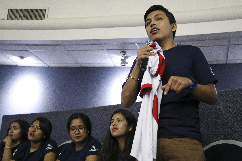 Joven de Perú haciendo uso de la palabra durante la ceremonia de bienvenida