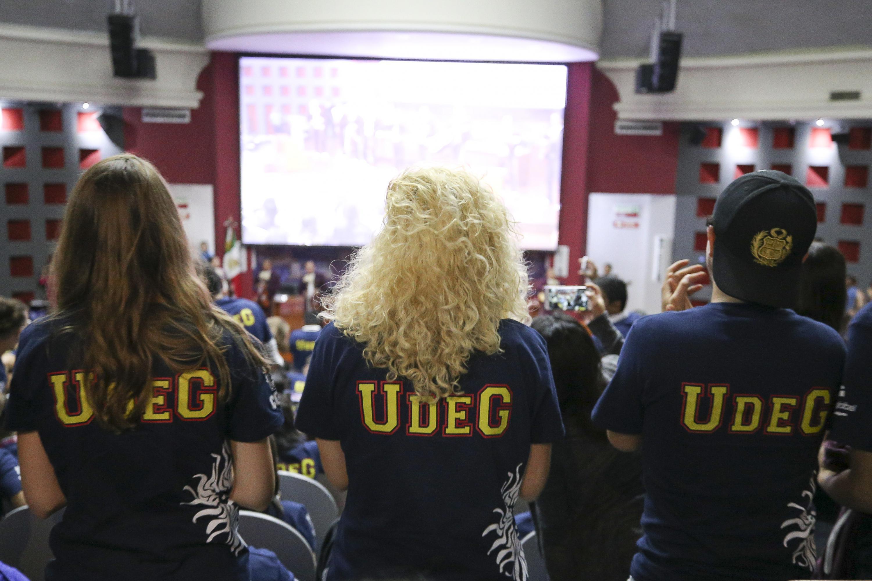 Jóvenes estudiantes de intercambio durante la ceremonia de bienvenida