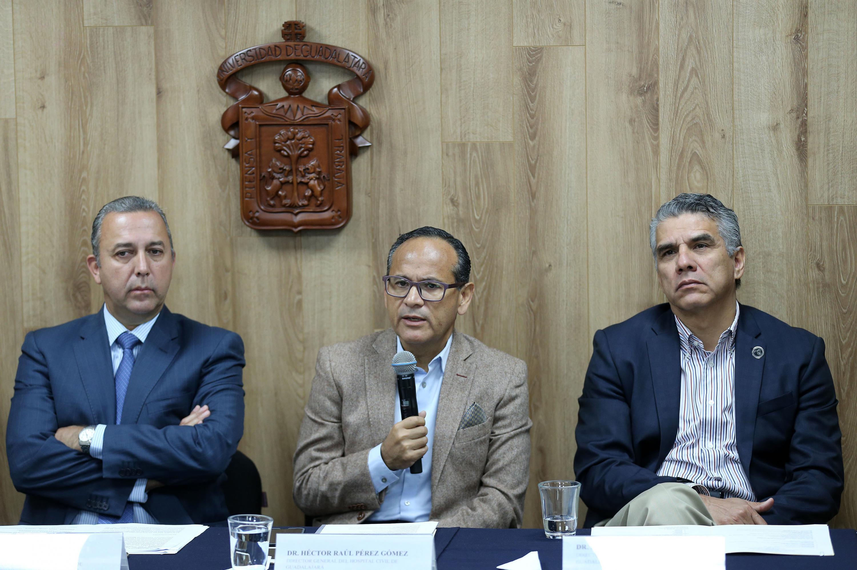 Director General, doctor Héctor Raúl Pérez Gómez, haciendo uso de la palabra durante rueda de prensa