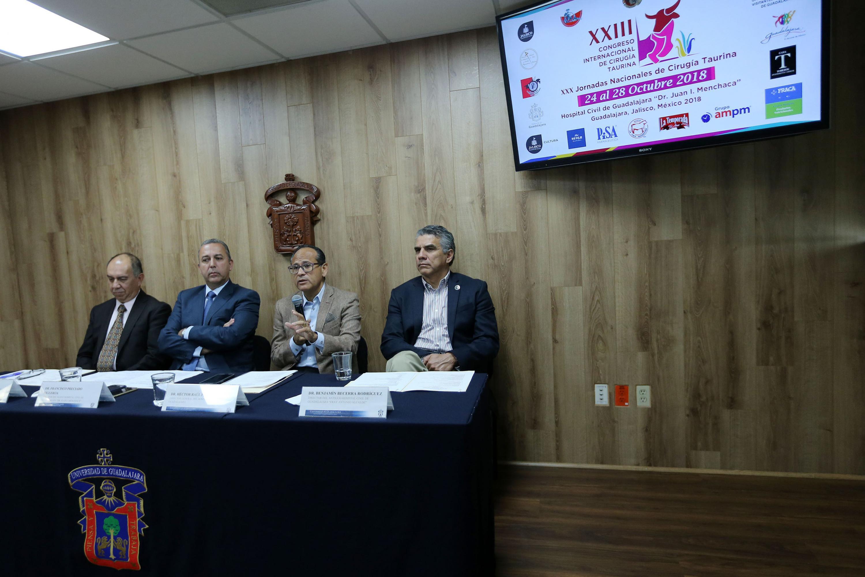 Director General, doctor Héctor Raúl Pérez Gómez, participando en rueda de prensa