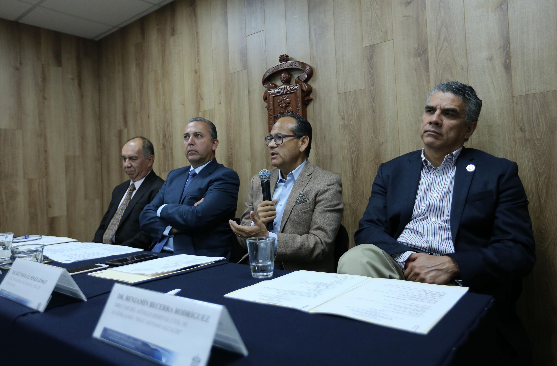 Director General, doctor Héctor Raúl Pérez Gómez, hablando frente al micrófono durante rueda de prensa