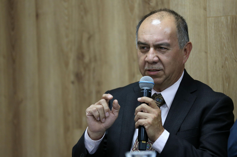 Doctor Jorge Uribe Camacho hablando frente al micrófono durante rueda de prensa