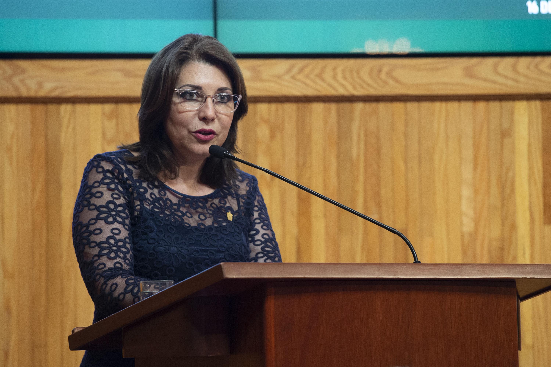 Vicerrectora Ejecutiva de la UdeG, doctora Carmen Enedina Rodríguez Armenta, haciendo uso de la palabra durante la ceremonia