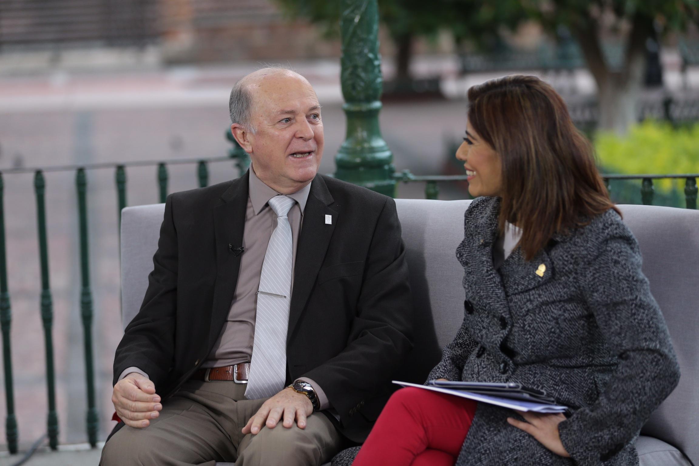 Rector de la UdeG, doctor Miguel Ángel Navarro Navarro, siendo entrevistado para el noticiario Señal informativa, en la plaza principal de Lagos de Moreno