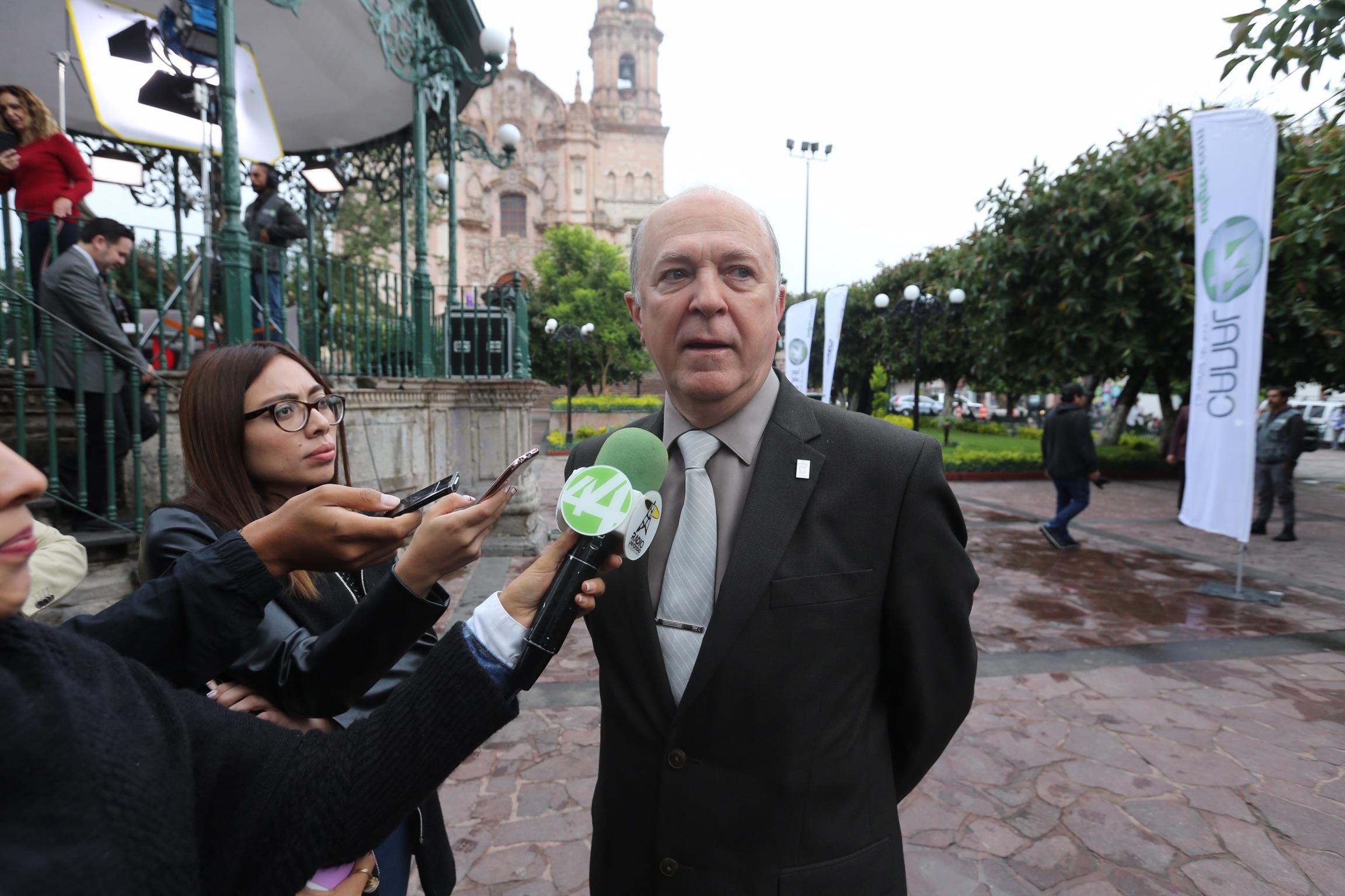 Rector de la UdeG, doctor Miguel Ángel Navarro Navarro, siendo entrevistado en la plaza principal de Lagos de Moreno
