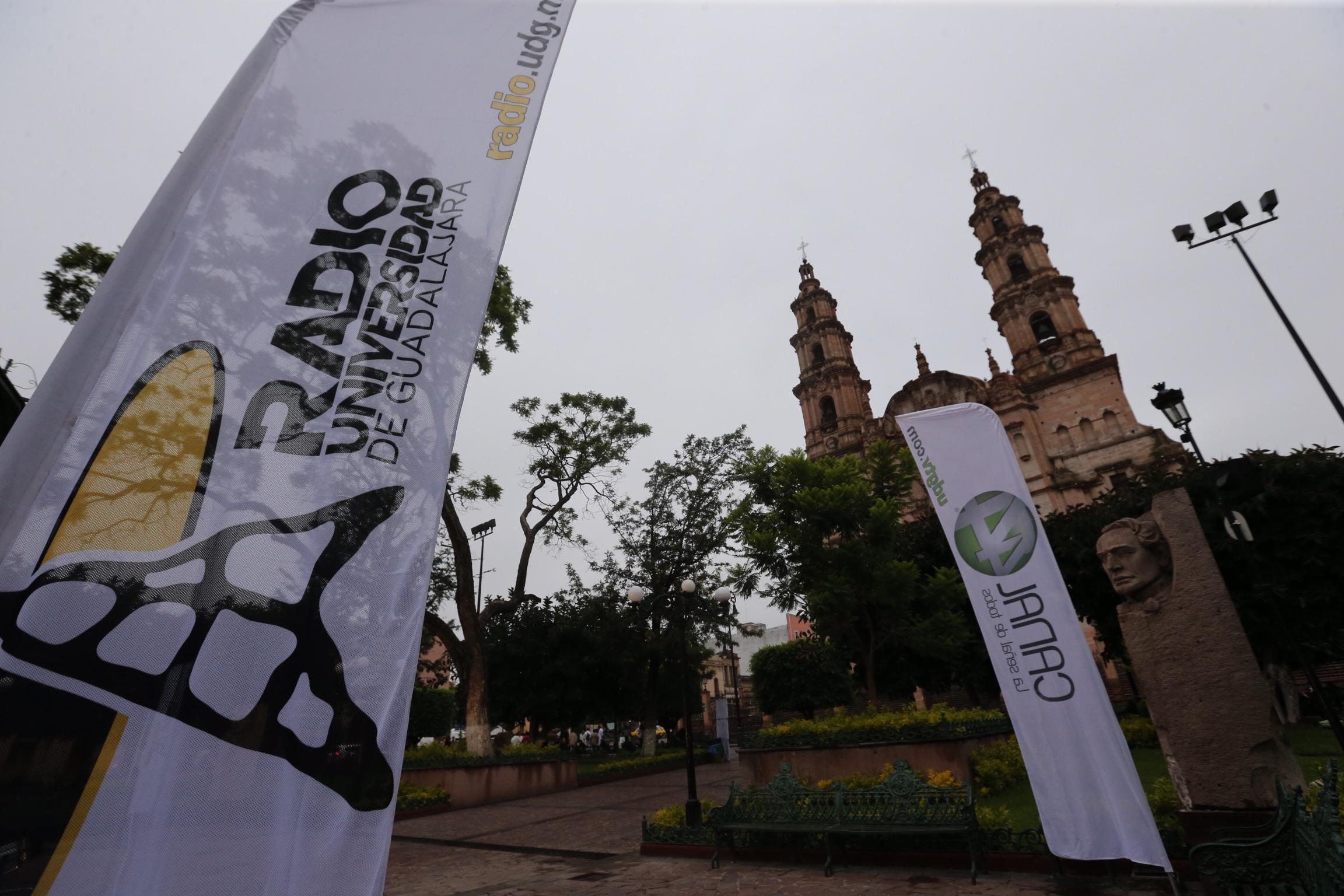 Plaza principal de Lagos de Moreno con publicidad del Canal 44 y Radio Universidad