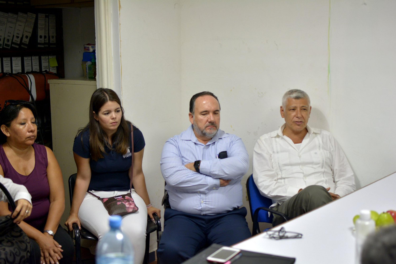 Una alumna y academicos de CUCSUR que participaron en la reunión