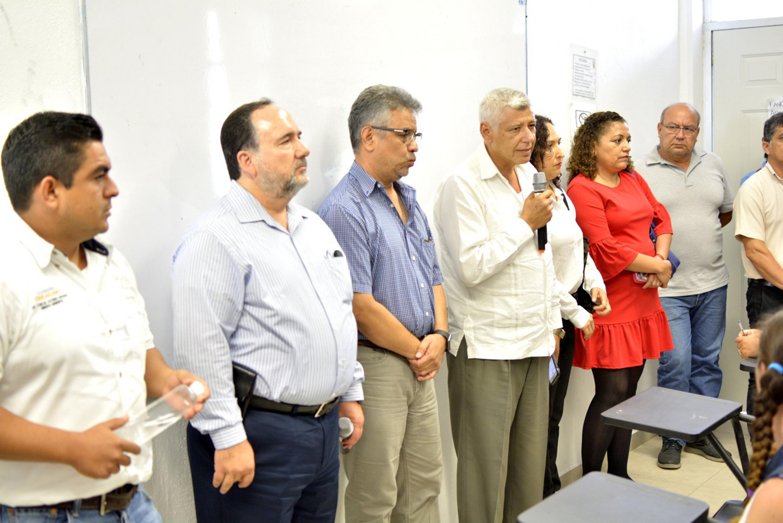 El Síndico del Municipio, Carlos Alfonso Rodarte Vázquez hablando frente al grupo de personas reunido