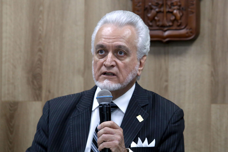 Director de la Preparatoria 5 e integrante de la Comisión Electoral, maestro José Manuel Jurado Parres, haciendo uso de la palabra durante rueda de prensa