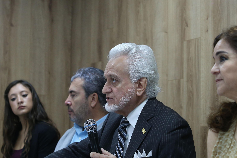 Director de la Preparatoria 5 e integrante de la Comisión Electoral, maestro José Manuel Jurado Parres, hablando frente al micrófono durante rueda de prensa
