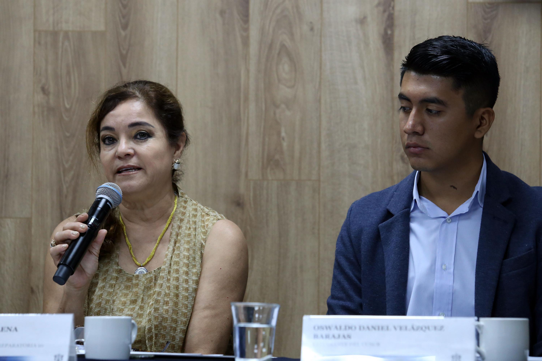 Maestra Patricia Elena Retamoza Vega participando en rueda de prensa