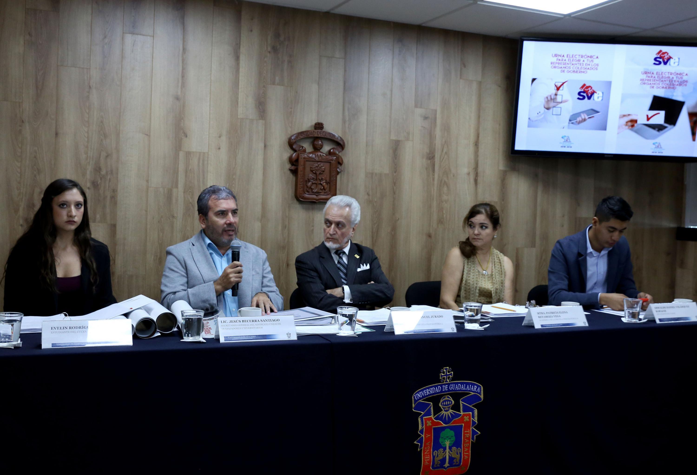 Secretario General del Sindicato Único de Trabajadores Universitarios, maestro José de Jesús Becerra, haciendo uso de la palabra durante rueda de prensa