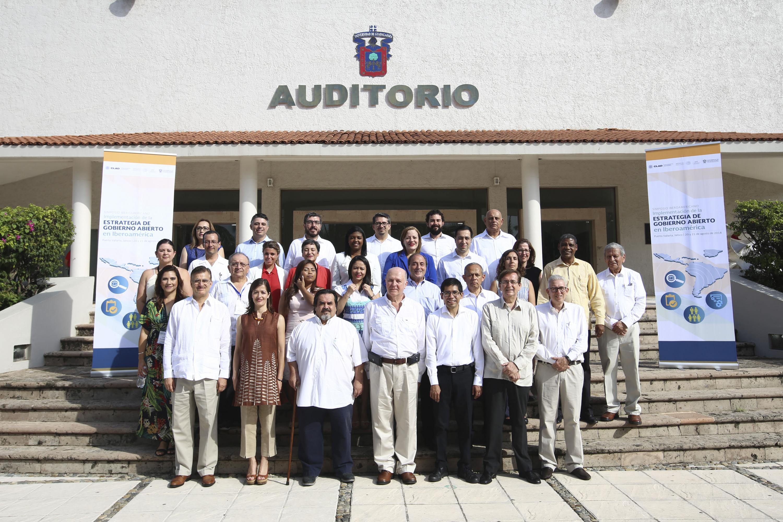 Fotografía de todos los asistentes del simposium de CLAD afuera del Auditorio de CUCOSTA UDG