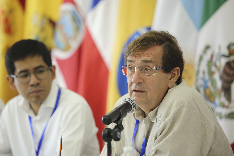 Habló al microfono el doctor Francisco Javier Velázquez López El Secretario General del CLAD