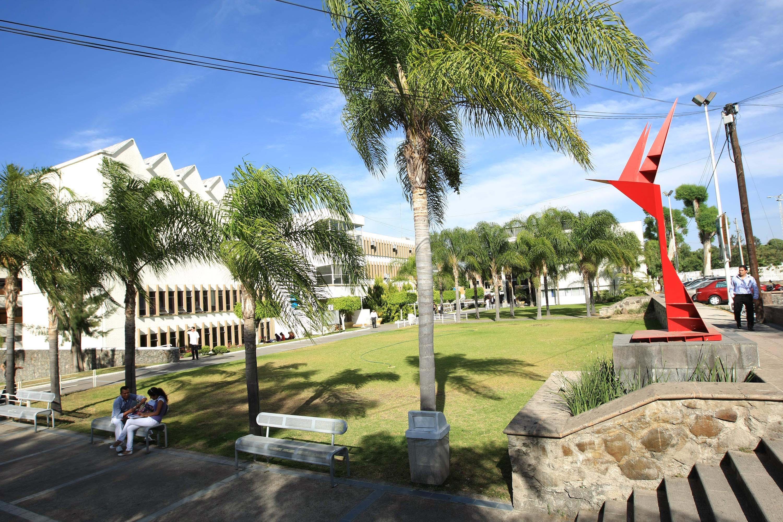 Jardines e instalaciones del Centro Universitario de Ciencias de la Salud.