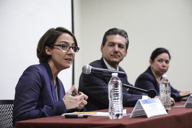 Laura Rumpley, subdirectora del Centro para Educación Superior Internacional del Boston College, participando en la conferencia inaugural del seminario