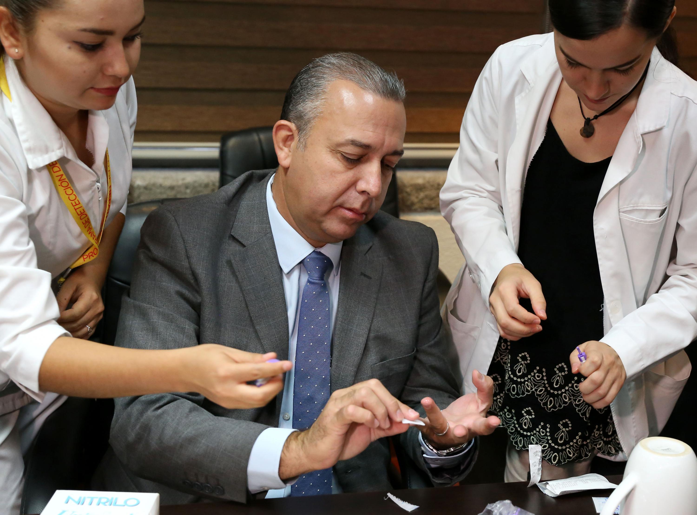 doctor José Antonio Velarde Ruiz Velasco se sometio al examen de deteccion del Hepatitis C al termino de la conferencia