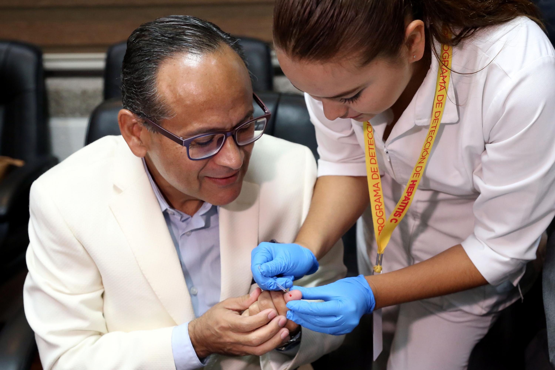 El doctor Héctor Raúl Pérez Gómez se sometio al examen de deteccion del Hepatitis C al termino de la conferencia