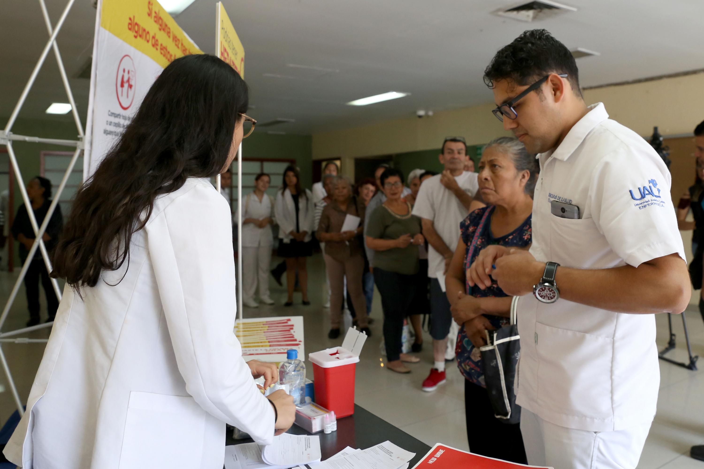 Dos jovenes medicos que realizan pruebas de deteccion de Hepatitic C en el Hospital Civil