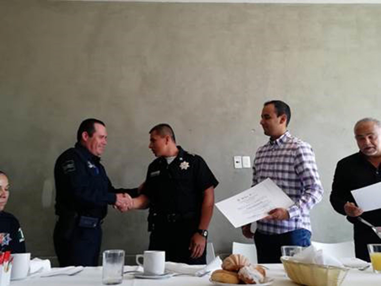 Jesús Arturo Medina Varela, Presidente de la FEU; entregando reconocimientos a comisarios y comandantes de la Comisaría de la Policía de Guadalajara.