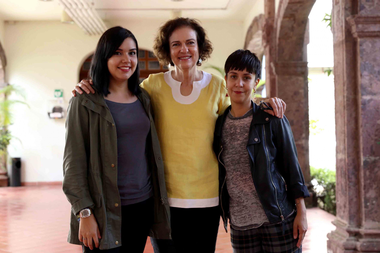 Las ganadoras del concurso y la directora del Instituto de Neurociencias