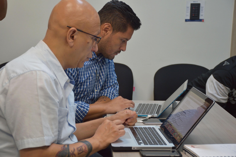 Asistentes al curso utilizando sus laptops en casos prácticos del curso.
