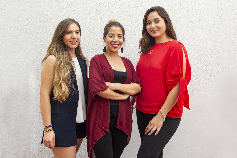 Las tres estudiantes posaron de pie a la camara
