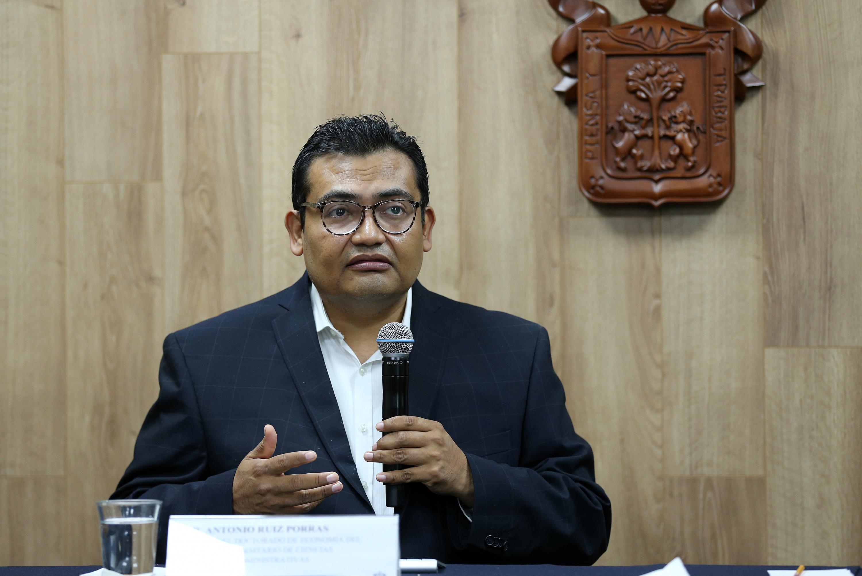 Coordinador del doctorado de Economía del CUCEA, doctor Antonio Ruiz Porras, haciendo uso de la palabra durante rueda de prensa