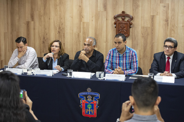 La mesa de presentación con los cinco participantes sentados