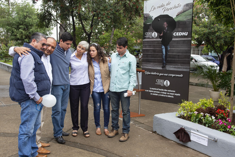 Familiares y amigos de Panchito se abrazan a un lado del memorial que se hizo en su honor.